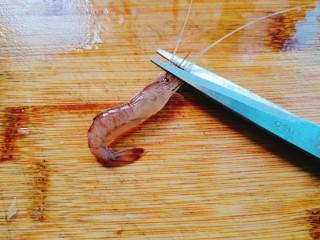 家常菜+韭菜炒小白虾,再用剪刀剪去长须
