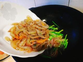 家常菜+韭菜炒小白虾,然后加入虾,快速翻炒,大火哦
