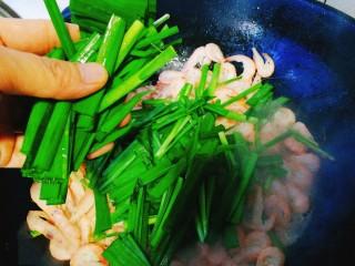 家常菜+韭菜炒小白虾,再加入韭菜叶