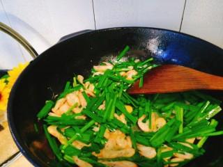 家常菜+韭菜炒小白虾,快速翻炒,保持大火