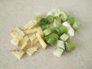 #辅食计划#莴苣叶鲜虾米汤,葱姜切好