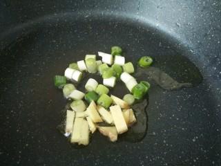 #辅食计划#莴苣叶鲜虾米汤,锅中放油放葱姜炒香