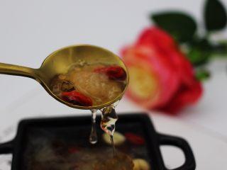 抗皱嫩肤的桃胶银耳莲子羹,看看吧、晶莹剔透、香甜浓郁