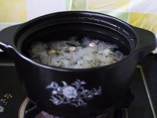 抗皱嫩肤的桃胶银耳莲子羹,所有的食材都加入锅中以后(枸杞除外)