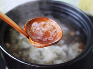 抗皱嫩肤的桃胶银耳莲子羹,大火煮沸后、用勺子撇去上面的浮沫后