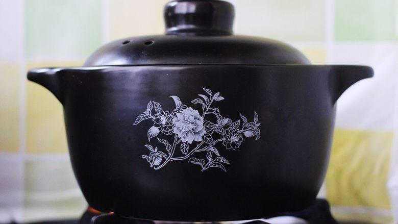 抗皱嫩肤的桃胶银耳莲子羹,盖上锅盖小火炖煮2个小时后