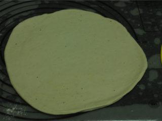 薏米卷饼,将面团分成几个小剂子,稍微按平,在一个剂子上面抹上油