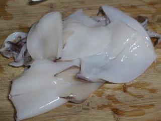 酱烧鱿鱼,撕去外膜,去掉内脏,清洗干净,