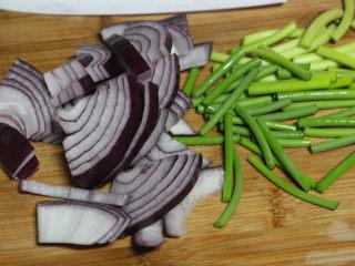 酱烧鱿鱼,洋葱切小,蒜薹也切段。