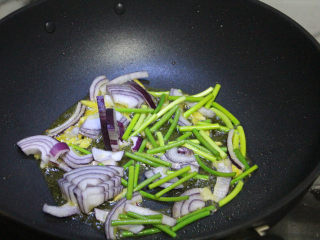 酱烧鱿鱼,下洋葱和蒜薹炒出香味。
