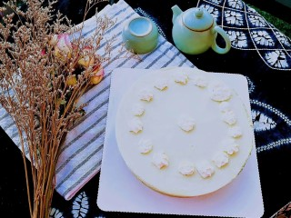 抹茶奶酪慕斯蛋糕,抹茶奶酪慕斯蛋糕,淡绿的色泽,细腻的口感,带来春天的气息