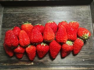 草莓酱,准备新鲜的草莓。