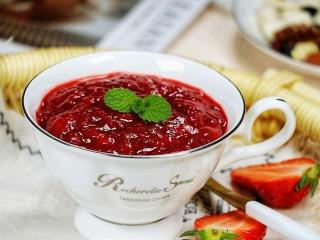 草莓酱,将草莓酱盛出,草莓酱凉透会更黏稠。
