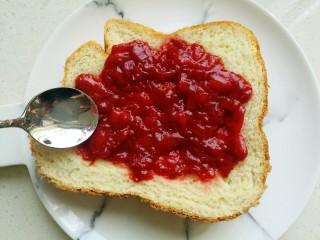 草莓酱,新做好的面包片抹上甜甜的草莓酱,好吃极了。