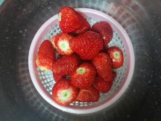 草莓酱,然后控干水份。
