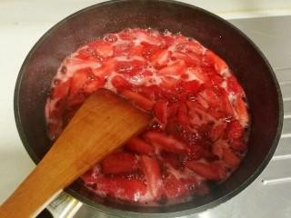 草莓酱,然后不停的搅拌直至黏稠。