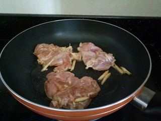 照烧鸡腿饭,将腌制入味的那个鸡腿下锅煎,带鸡皮那一面朝下。