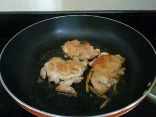 照烧鸡腿饭,翻面继续煎制。