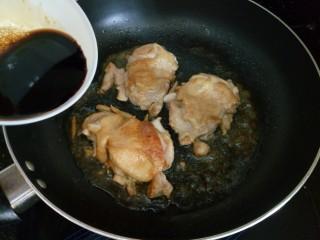 照烧鸡腿饭,煎好鸡腿后倒入照烧汁,照烧汁记得放勺老抽,还有一勺蜂蜜,这样可以让鸡腿上色更漂亮哦!