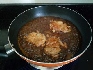 照烧鸡腿饭,小火炖到汁变稠,表面上色即可。