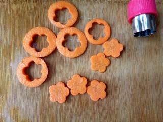 照烧鸡腿饭,胡萝卜切5片,用模具印出花朵的形状