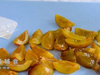 西梅汁,用刀从中间切开 ,将核取出,再对半切。