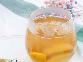 西梅汁,最后剩2杯西梅汁~ 一次喝不完,放进了辅食盒,一个个冷冻起来,每次可以取出一块,常温后加些热水喝。