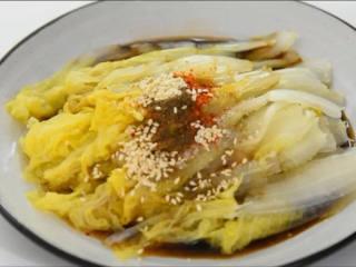 清炒白菜吃腻了,就来试试响油版的!,给娃娃菜淋上生抽、醋、盐、糖、辣椒粉、花椒粉、熟芝麻。