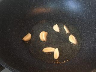 青豆鸡胗,热锅热油放入蒜片爆香。