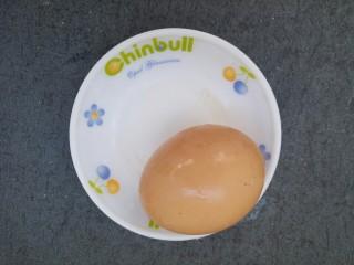 木耳火腿肠炒鸡蛋,准备一个鸡蛋