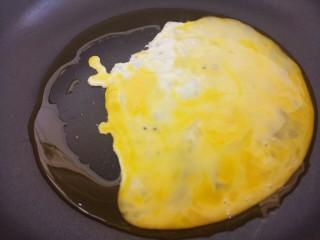 木耳火腿肠炒鸡蛋,把鸡蛋液倒进去炒