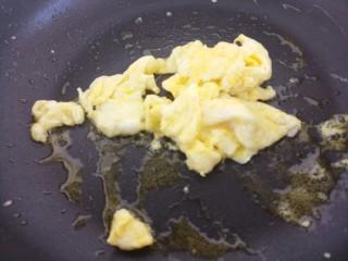 木耳火腿肠炒鸡蛋,把鸡蛋炒熟