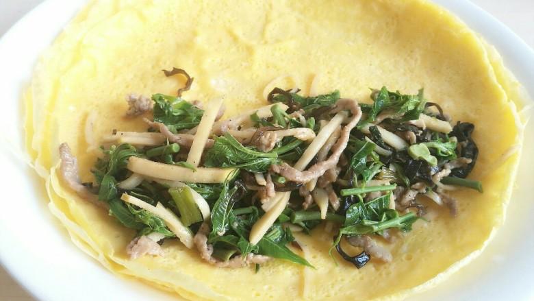 不一样的春卷(博山春卷),把炒好的馅料放入蛋皮上。