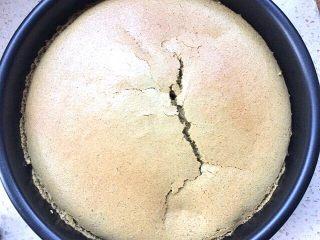 抹茶戚风蛋糕,取出倒扣在烤架上凉凉后,刮边取出蛋糕