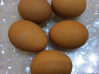 抹茶戚风蛋糕,鸡蛋5个,蛋清,蛋黄分开打入盆中