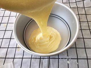 宝宝辅食12M➕:8寸戚风蛋糕,搅匀的面糊倒入模具里
