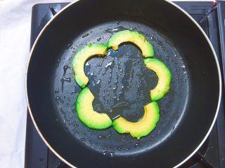 牛油果太阳蛋,平底锅刷油,摆入牛油果片
