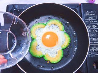 牛油果太阳蛋,倒入适量清水