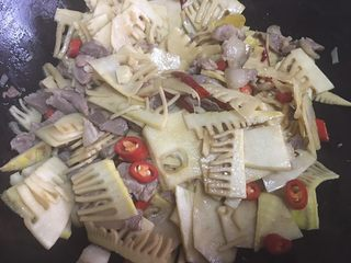 春笋烧肉,新鲜红椒圈让配色更好看,出锅前加入,略微翻炒均匀即可