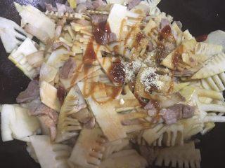 春笋烧肉,调味:生抽、蚝油、盐、鸡精 都容易熟,所以我一次性全部调味调好了