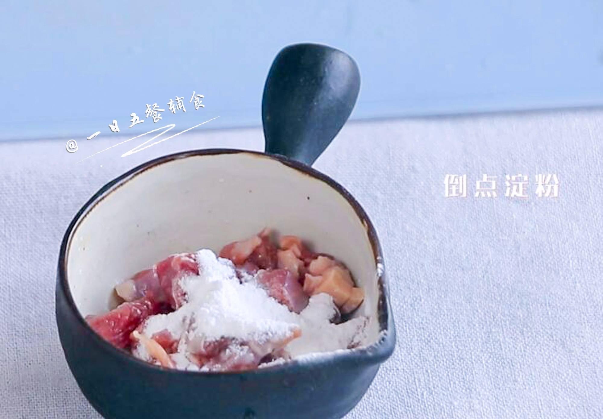 牛肉杂蔬焗饭,牛肉切丁,加些料酒,淀粉,用手抓捏几下腌制一会。</p> <p>
