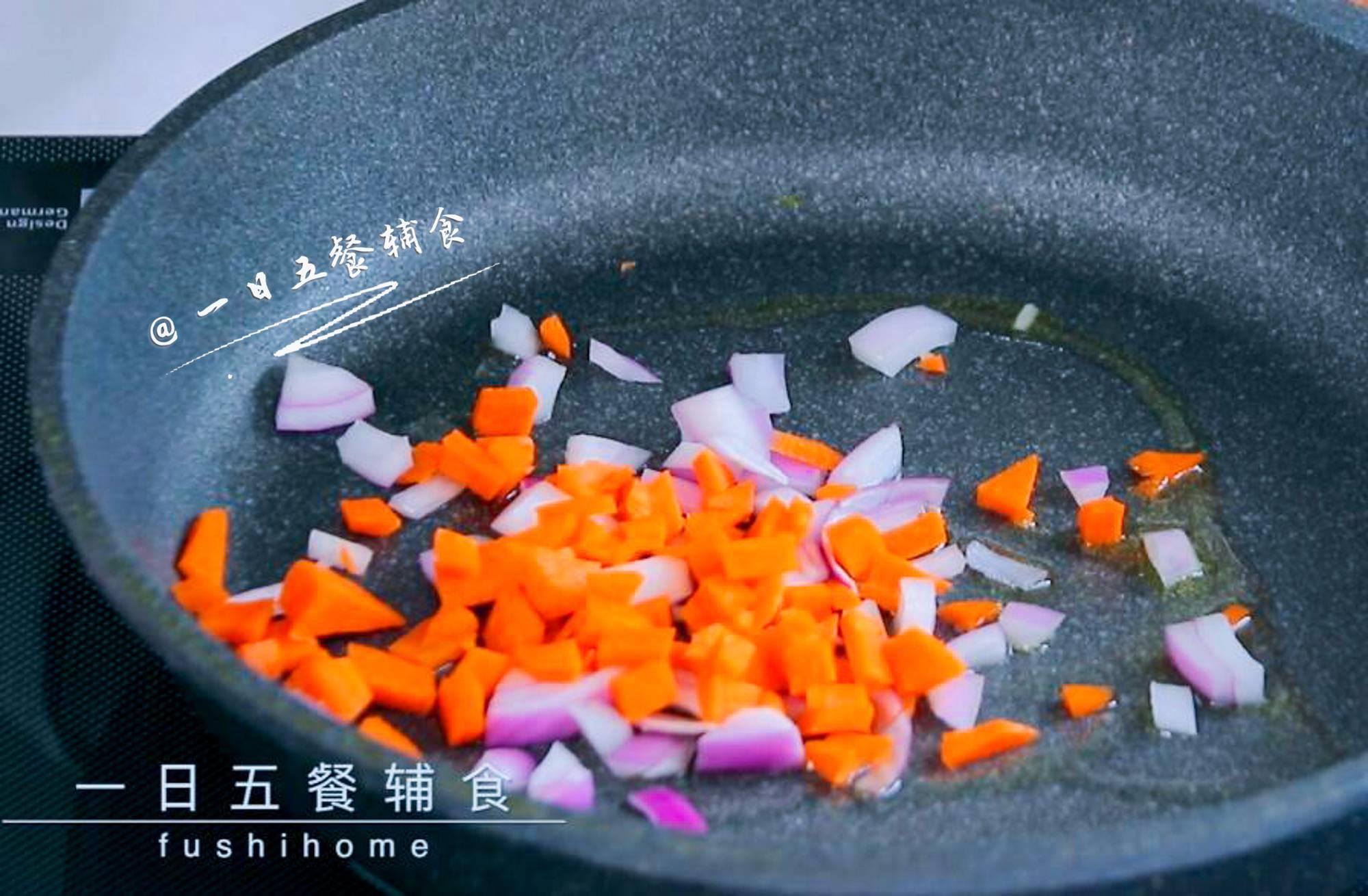 牛肉杂蔬焗饭,锅中倒油,油温热下洋葱丁、胡萝卜丁翻炒出香味。</p> <p>