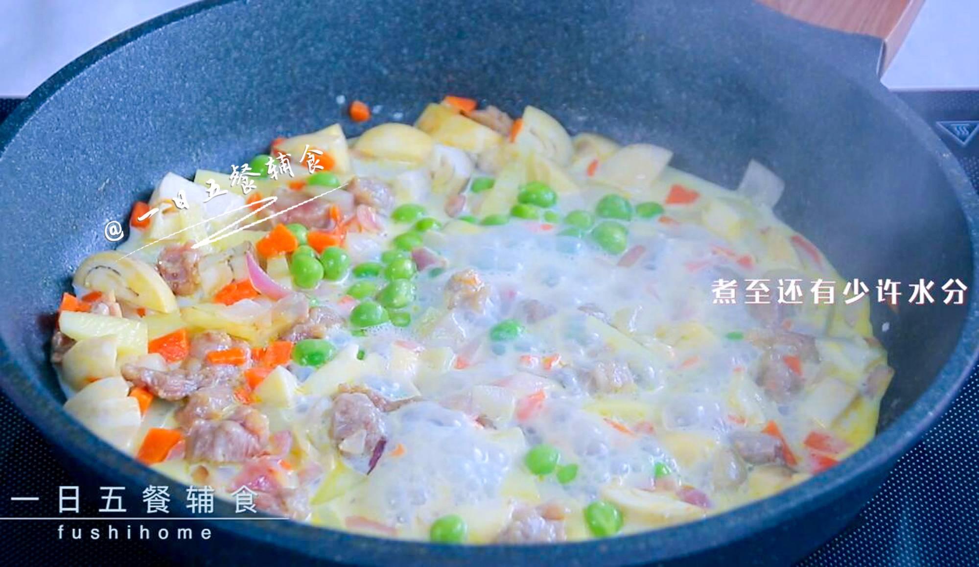 牛肉杂蔬焗饭,豌豆加入,倒入100克牛奶小火煮。</p> <p>