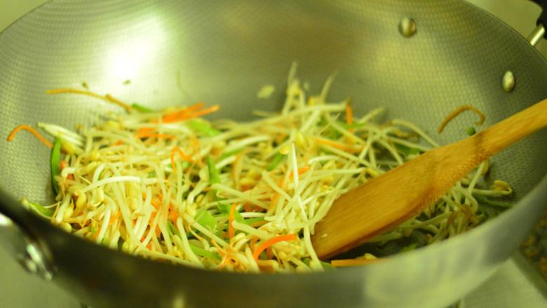 自制绿豆芽,大火翻炒至豆芽发软