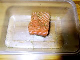 吃出好身材,三文鱼沙拉晚餐,用白胡椒粉、醋、盐、生姜腌制半小时(忙碌的上班族可早上提前腌制,入冰箱保存)