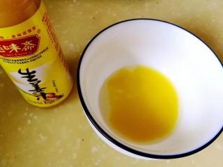 吃出好身材,三文鱼沙拉晚餐,取生姜末5克、胡椒大蒜粉5克、苹果醋5克、橄榄油15克,调成油醋汁。瘦身沙拉切莫用蛋黄沙拉酱,用色拉油、蛋黄、糖调制而成,热量高。