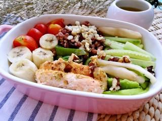 吃出好身材,三文鱼沙拉晚餐,瘦身千万莫要只吃水果蔬菜,那会形成易胖体质,最后可就吃什么都胖了,咱要选用有利于去脂瘦身的食材,并控制总摄入能量。