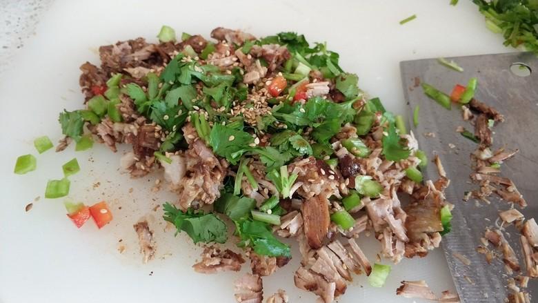 肉夹馍,卤肉剁细加上青红椒香葱撒上白芝麻