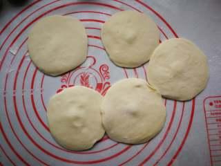 春饼卷三丝,用擀面杖擀成小圆片,差不多饺子皮那么大。