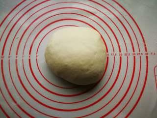 春饼卷三丝,醒好的面团取出撒少量干粉揉光滑。
